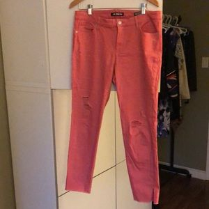Distressed stretch jeans. Pink